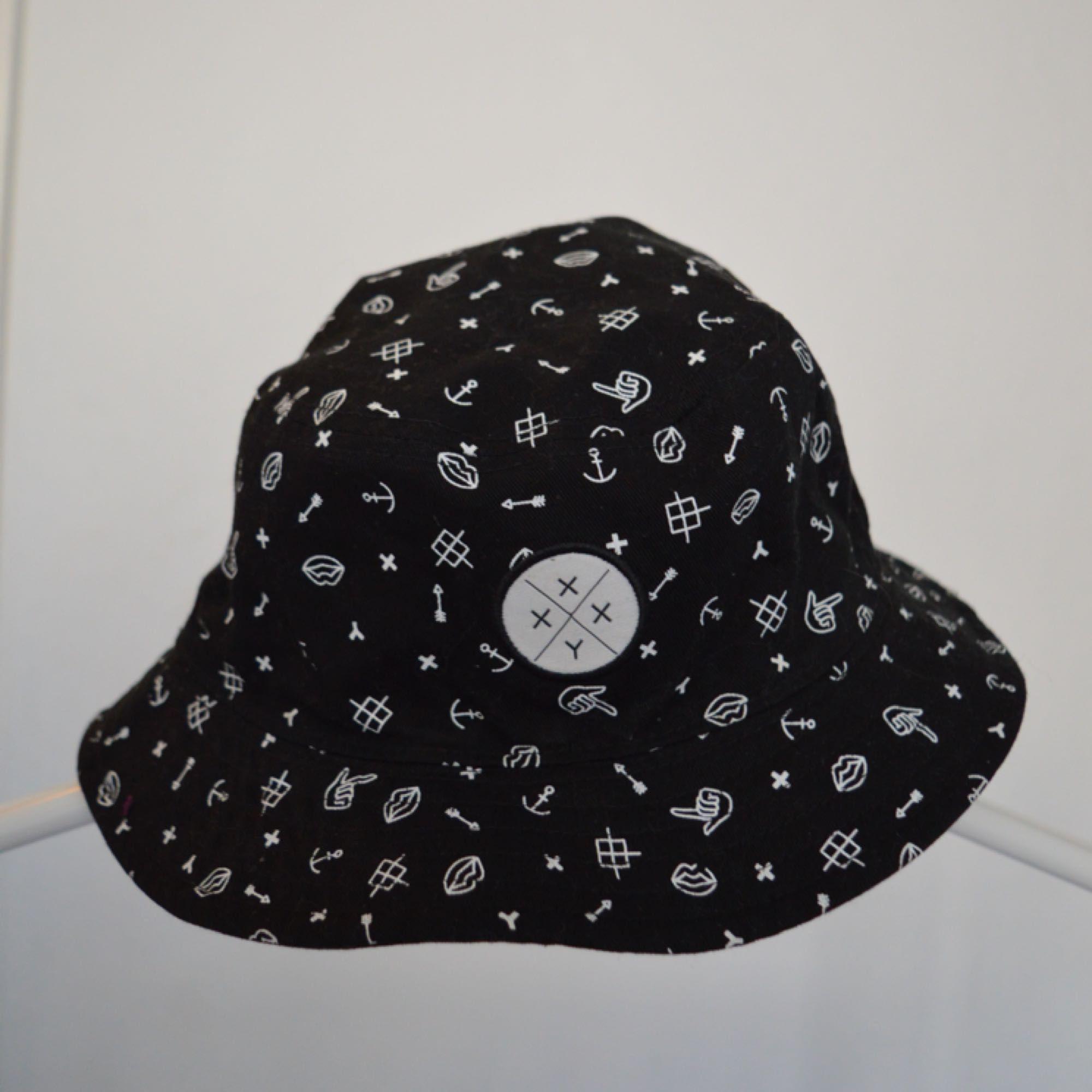 Bucket hat som man kan vända på, vill man ha hel svart eller mönster? bara att välja!. Accessoarer.