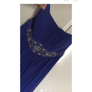 Snygg balklänning, använd vid ett tillfälle, prima skick. Köpt för ca 1800kr, går att använda med eller utan band, kontakta mig för ytterligare mått eller andra frågor, möts inte upp! Betalning via swish om det önskas