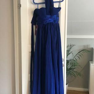 Jättefin blå klänning perfekt till balen, aldrig använd!  Köpare står för frakten, kan även hämtas i Karlstad. och tar inte ansvar efter den skickats!