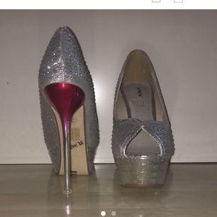 Använda vid två tillfällen, finns pyttesmå skavanker som inte syns tydligt men annars är skorna jättefina. Betalning sker via swish som billigast (möts ej upp) köpt för 500kr