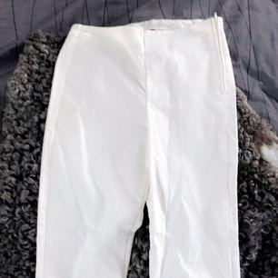 Ett par slim fit jeans ifrån H&M. Dom är inte riktigt i jeansmaterial utan mer väldigt stretchiga jeggings, men dom sitter som ett par jeans!💘