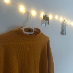 Tröja i jättefin gul färg! (Har en likadan militärgrön också om någon är intresserad) Gillar den men har inte använt den på väldigt länge så d var dags att rensa!   Möts upp i Stockholm (eller Järfälla) står inte för frakt