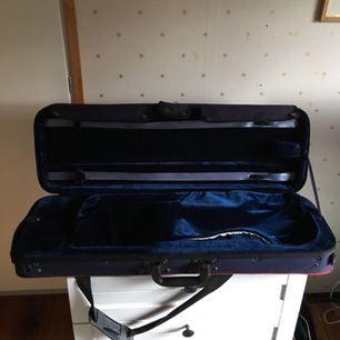 Nypris 1000kr hos en violinmakare i Västerås,köpte den för 6 år sedan och använde den i ca 2 år och sen dess har den bara legat orörd eftersom jag köpte en ny,kan mötas i Västerås eller Stockholm☺️