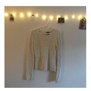 Vit stickad tröja, mysig och passar bra för olika occasions! Använder tyvärr inte så mkt längre :/  Kolla gärna in min profil! 🌊