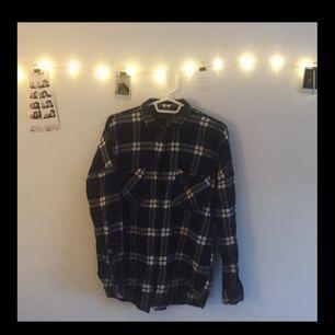Mysig flanellskjorta i bra skick! Den var min favorit ett tag men eftersom jag inte använt den på länge fick den gå bort! Köpt på Monki 👌