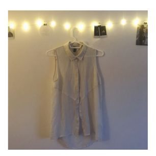 Fin, vit skjorta utan ärmar med öppen rygg! (Se bilder) säljer då den tyvärr inte använts på länge