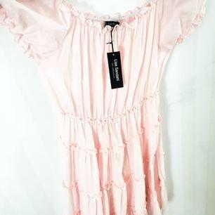 superfin ljusrosa klänning från Lisa Sandahl ! Aldrig använd endast provad. Man kan ha den som vanligt eller off shoulder:)  nypris 479:- ☺️🌸 passar båda xs, s och m