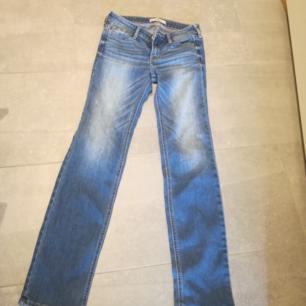 Stretchiga hollister jeans med låg midja, och lite bootcut, sitter super snyggt men dom är för små för mig.