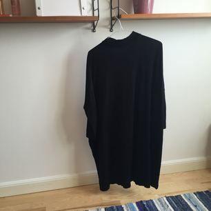 svart klänning från monki, vääldigt over size så passar s-xl typ! fri frakt