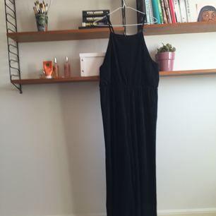 SNYGGASTE svarta byxdressen från monki! kan skicka fler bilder om du vill:) fri frakt!!