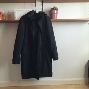 längre jacka med lite vindtygsaktigt material! fri frakt