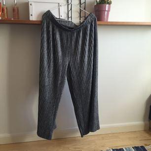 grå plisserade vida byxor från monki, fri frakt😇