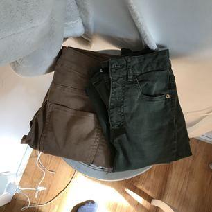 Två högmidjade jeans i två olika färger. Säljer båda för 100kr, använt högst 2 gånger!☀️
