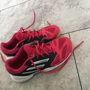 Nästan som nya Adidas skor! Spelat handboll i dom kanske 3 gånger. Dom är väldigt lätta och sköna! Är mer som storlek 37. Frakt tillkommer! ✨