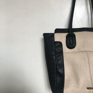Använd men fin väska köpt på skohuset! Kan skickas fler bilder. Frakt tillkommer