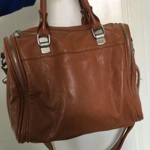Brun väska i fint skick! Tar swish, köparen står för frakt. Fler bilder kan skickas 🌸