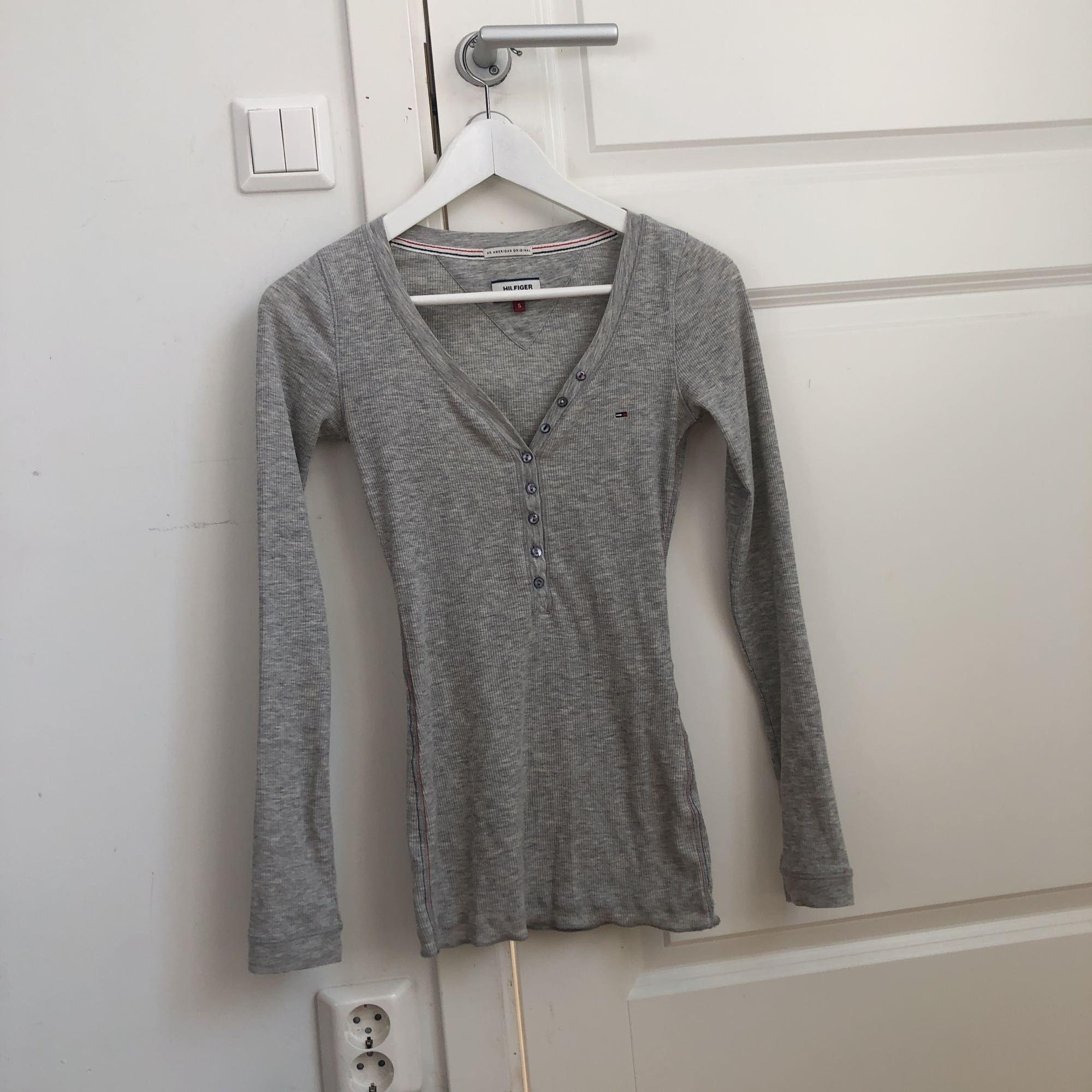 jättefin tight tröja från hilfiger. ser ut som på modellen fast den är mer urringad. frakt ingår i priset🤩. Toppar.