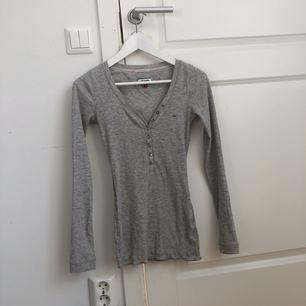 jättefin tight tröja från hilfiger. ser ut som på modellen fast den är mer urringad. frakt ingår i priset🤩