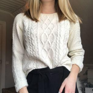 En jätte fin stickad tröja från Lindex. Passar en S också. Tvättar innan, du står för frakten, kan mötas upp i Uddevalla. Kontakta mig för mer bilder.