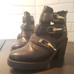Skor ursprungligen från Topshop. Knappt använda och normala i storleken. Tyvärr kommer de aldrig till användning hos mig. Klacken är 7 cm hög. Köparen står för frakten.  Nypris: 1200 kronor.