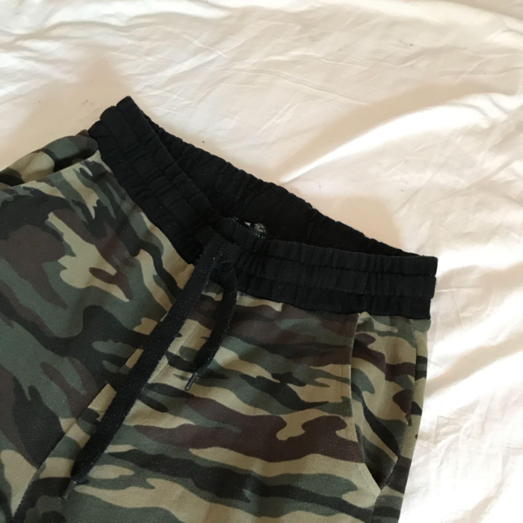 Camouflage mjukisbyxor från forever 21 men svarta muddar. Tvättar innan 2af84e340bf9a