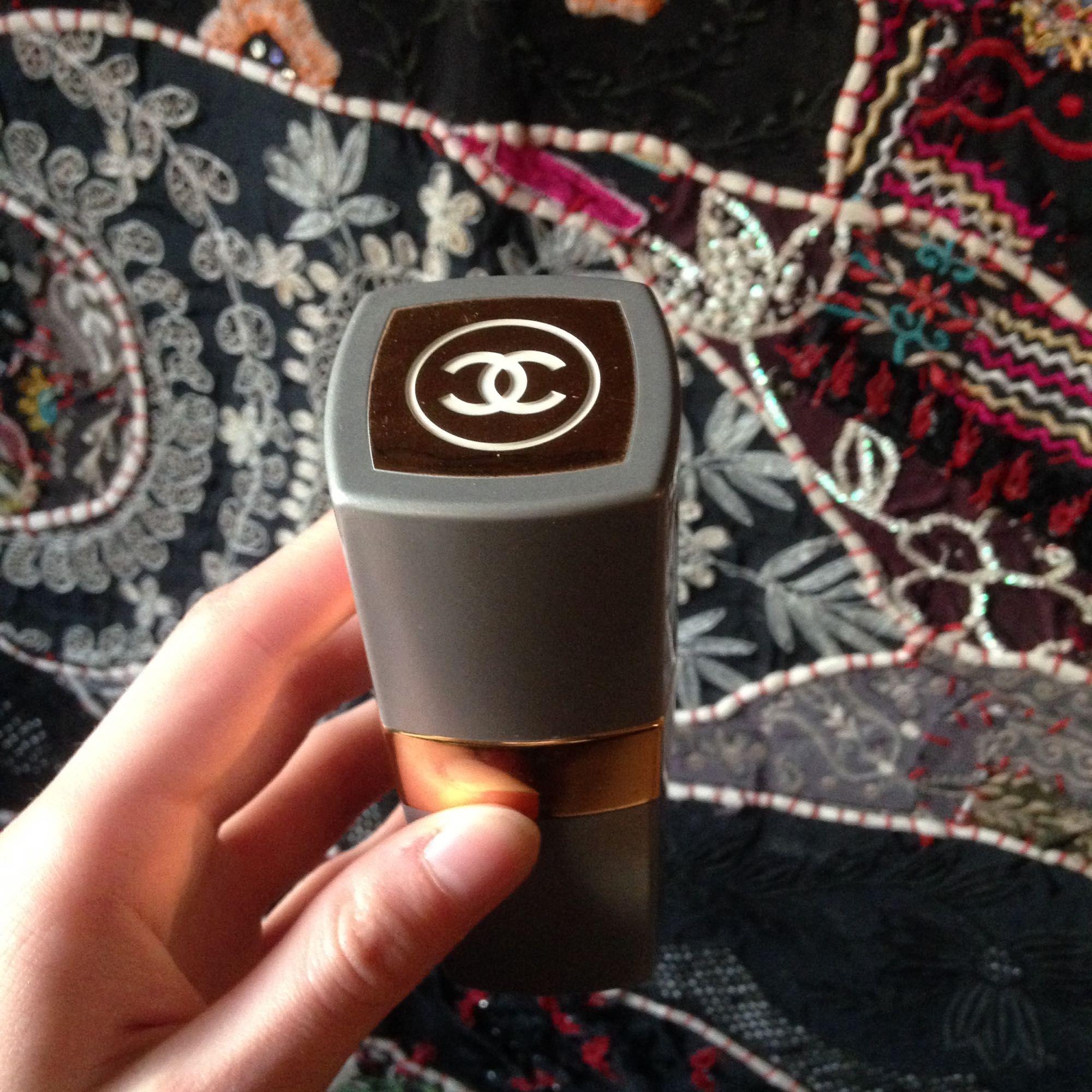 Chanel N 19, döpt efter Coco Chanels födelsedag den 19 augusti.  Flaskan är utbytbar.  OBS ej ny. . Accessoarer.