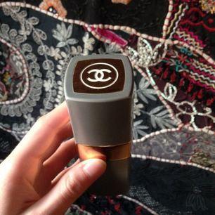 Chanel N 19, döpt efter Coco Chanels födelsedag den 19 augusti.  Flaskan är utbytbar.  OBS ej ny.