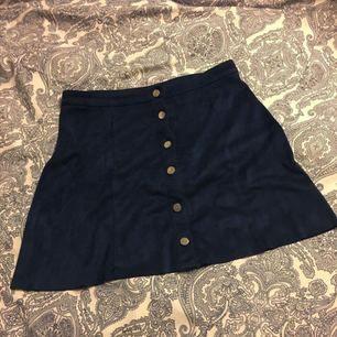 Snygg marinblå kjol i fake mocka från Gina!