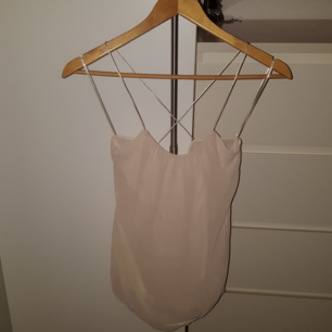 Chiffonglinne från Zara, krämvit Urringat hängande tyg i ryggen - Korsande axelband-  Något längre bak än fram Oanvänd - Nyskick - Prislapp kvar