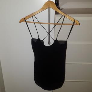 Chiffonglinne från Zara, svart Urringat hängande tyg i ryggen - Något längre bak än fram Bra skick