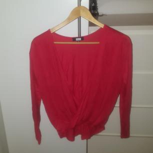 Röd omlott tröja från BIKBOK Endast använd en gång - bra skick Något längre bak än fram