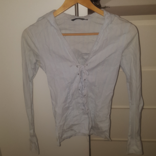 H&M ljusblå skjorta med vita ränder Tight - Stretch - Knyts fram som en korsett Använd men i bra skick