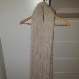 Lång cremefärgad/beige stickad halsduk, flätad, fransar nertill Oanvänd - Nyskick - Prislapp kvar