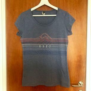 Jättefin t-shirt men tryck från Roxy. Aldrig använd. Världens mjukaste material och är superskön! Nypris 350 kr. Frakt tillkommer, men går att diskuteras vid snabb affär 😊