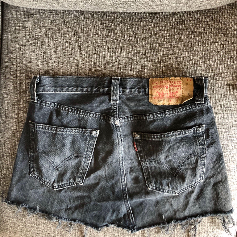 5038940a135a Svart/gråmelerad Levi's jeanskjol, super snygga slitningar som ger den en  trendig look🌷 ...