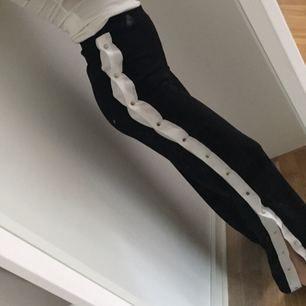 Sjukt snygga byxor!! Är Petite längd på byxorna. Så dom kan passa någon under 165cm. Storlek 32