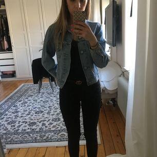Säljer min jeansjacka från märket Levis, storlek XS. Jackan är i väldigt fint skick! Köpare betalar eventuell frakt om den inte kan hämtas.