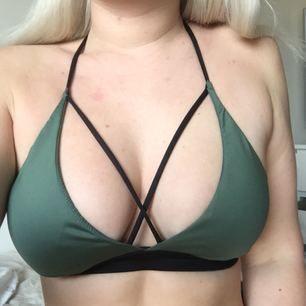 Svart Victoria's Secret sport-bh säljes, EJ den gröna på första bilden. Säljes pga för liten, den gröna är S och ger er en bild av hur den svarta ser ut på. :) Helt oanvänd och köpt i NYC.