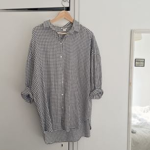 Rutig skjorta från Monki. Knappt använd!
