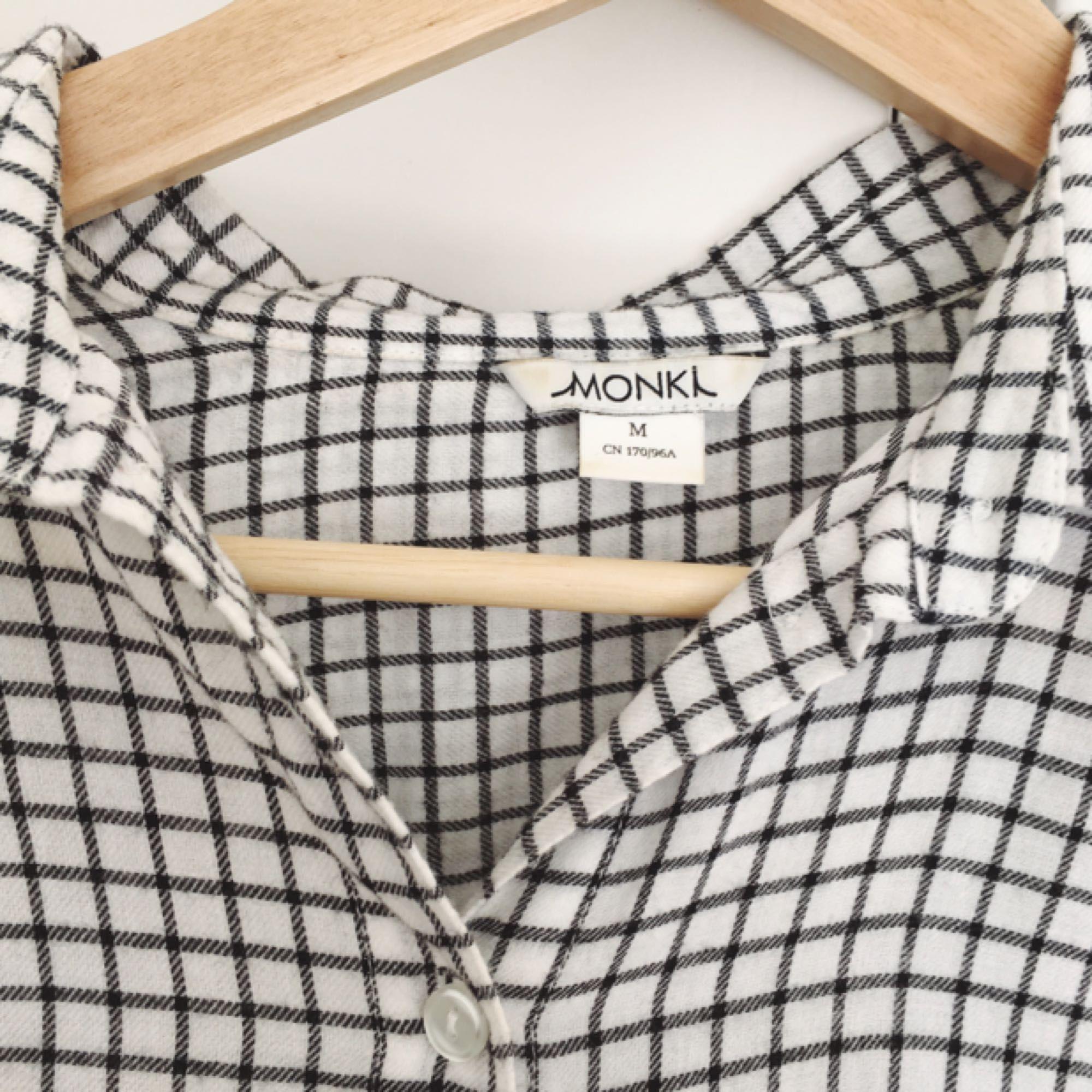 Rutig skjorta från Monki. Knappt använd!. Skjortor.