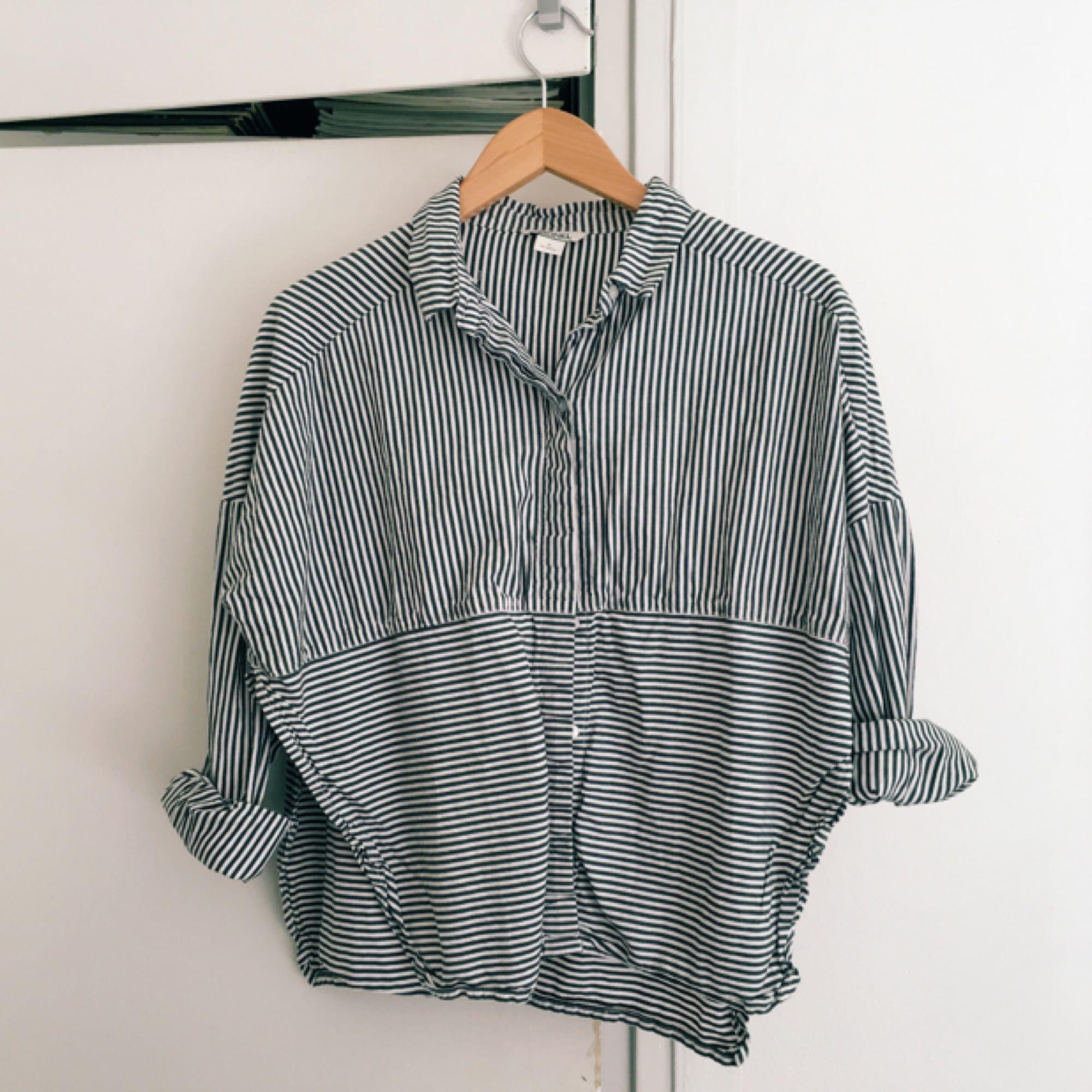 Kort skjorta från Monki med slits i sidan! Använd få gånger!. Skjortor.