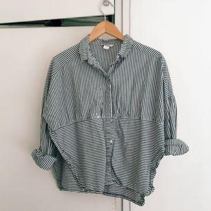 Kort skjorta från Monki med slits i sidan! Använd få gånger!