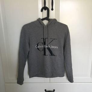 Hoodie från Calvin Klein i stl xs. Använd ett fåtal gånger så nyskick. Köparen står för frakten