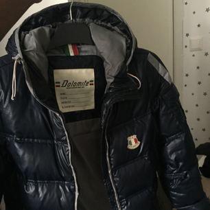 Säljer en vinterjacka från dolomite, den är använd en vinter och är i ett bra skick! Jackan köptes dyr så 700kr är ett rimligt pris! Köparen står för frakten!