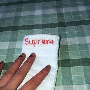 Oanvända Supreme-strumpor, självklart äkta! Kvitto finns! Storlek 9-12 us size dock använder jag med strl 38/39 också!  Vid frågor dm eller kommentera!💕