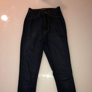 Super high-waisted mörka jeans