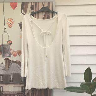 Superfin krämvit klänning från Zara! Trumpetärm och vacker urringning + knyte i ryggen✨ sparsamt använt och därför i prima skick! Köparen står för frakt fråga gärna efter fler bilder, mått mm!