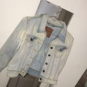 Säljer en jeansjacka i kortare modell, storlek S från Gina Tricot.