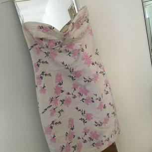 Figyrsydd blommig klänning från Topshop. Storlek 38 men passar mer en 36.