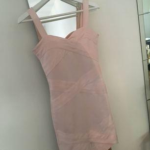Oanvänd ljusrosa bandageklänning från H&M, storlek 38.